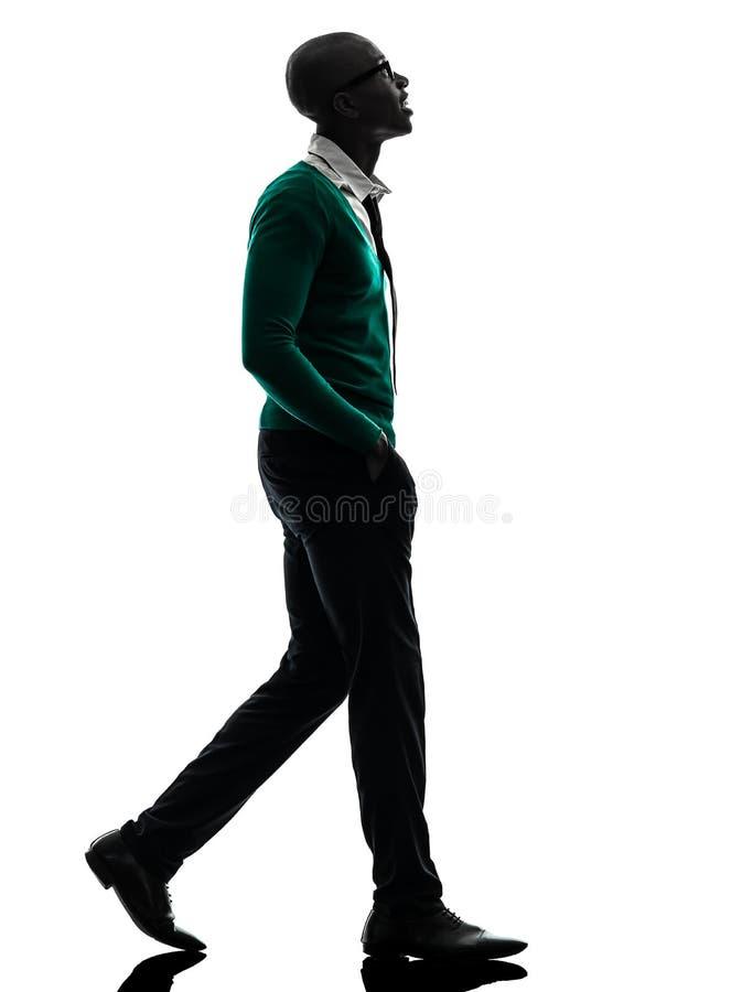 Homem negro africano que anda olhando acima a silhueta imagem de stock