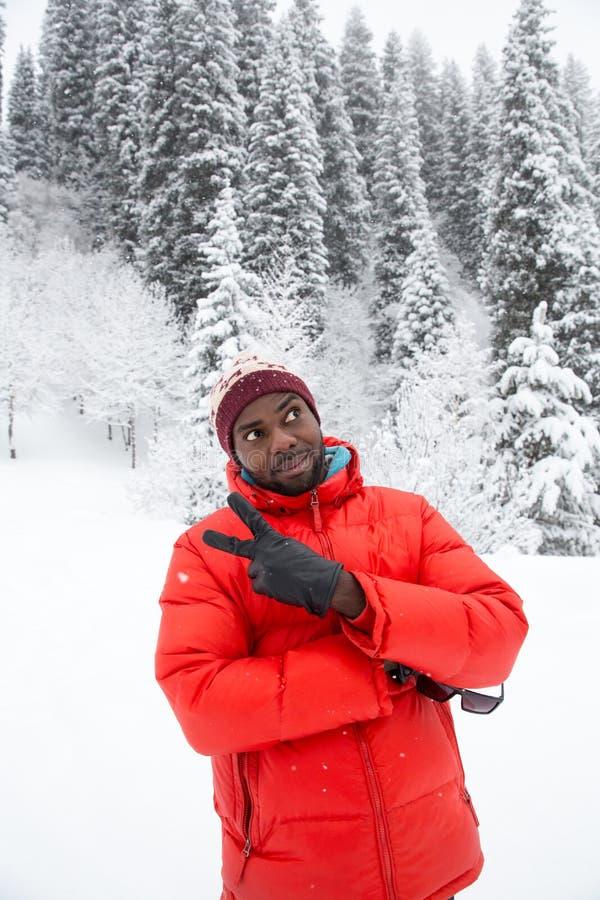 Homem negro alegre afro-americano no terno de esqui no inverno nevado fora fotos de stock