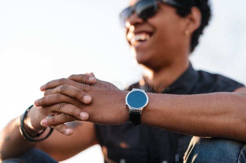 Homem negro alegre em acessórios na moda fotos de stock