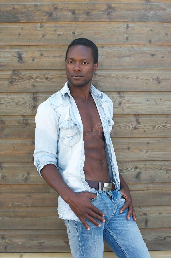 Homem negro bonito que está fora fotografia de stock royalty free