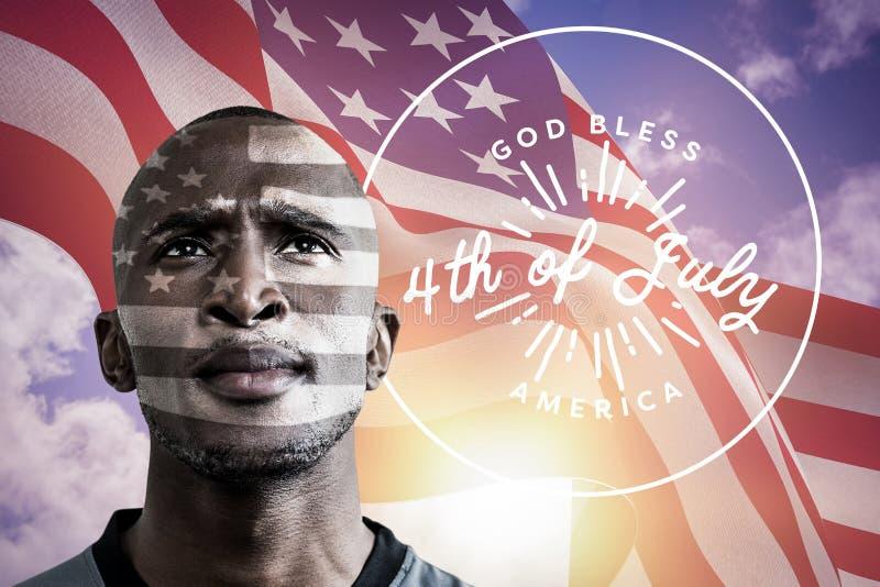 Homem negro com a bandeira americana que vibra no vento no fundo fotos de stock royalty free