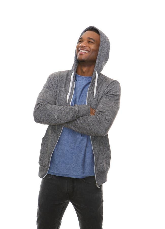 Homem negro considerável que ri com os braços cruzados fotos de stock