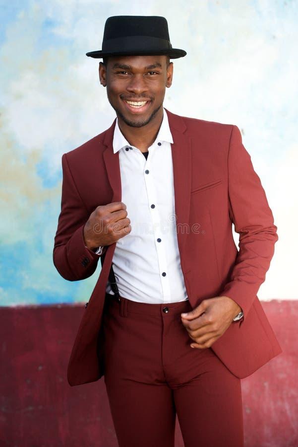 Homem negro considerável que sorri no terno e no chapéu do vintage fotografia de stock royalty free