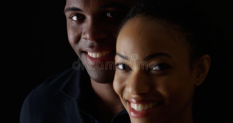 Homem negro e mulher novos de sorriso foto de stock royalty free