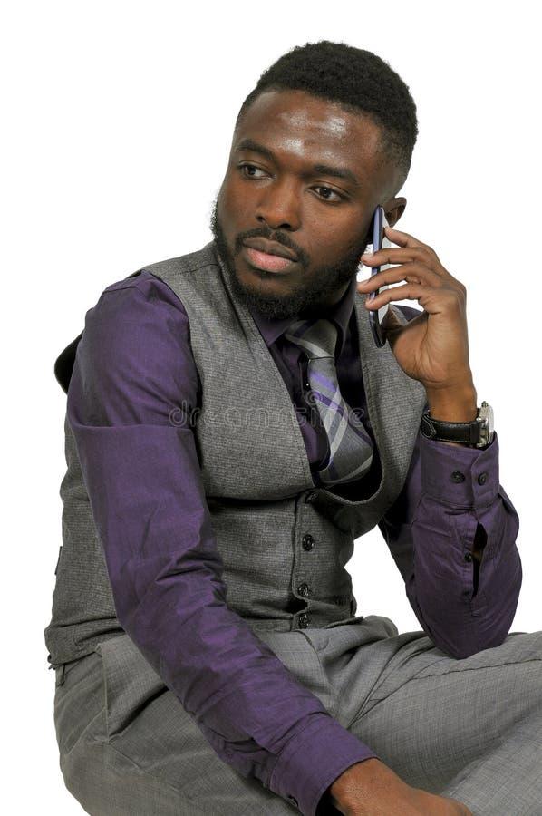 Homem negro em um telefone celular foto de stock royalty free