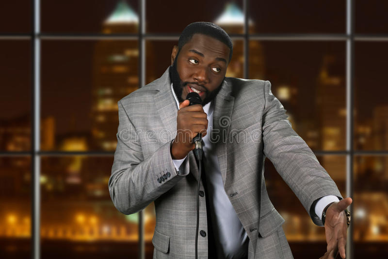 Homem negro expressivo com microfone fotos de stock