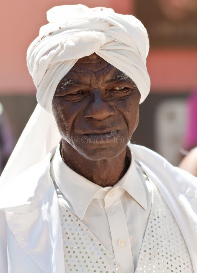 Homem negro idoso com roupa afrocuban típica imagem de stock
