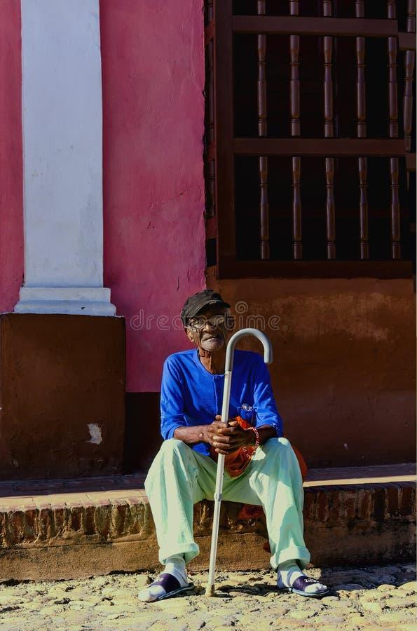 Homem negro idoso que descansa no steet de Havana, Cuba fotos de stock royalty free