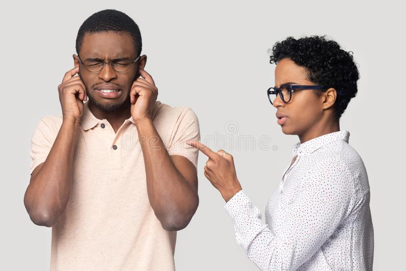 Homem negro irritado para evitar incomodar a fala fêmea étnica fotografia de stock royalty free
