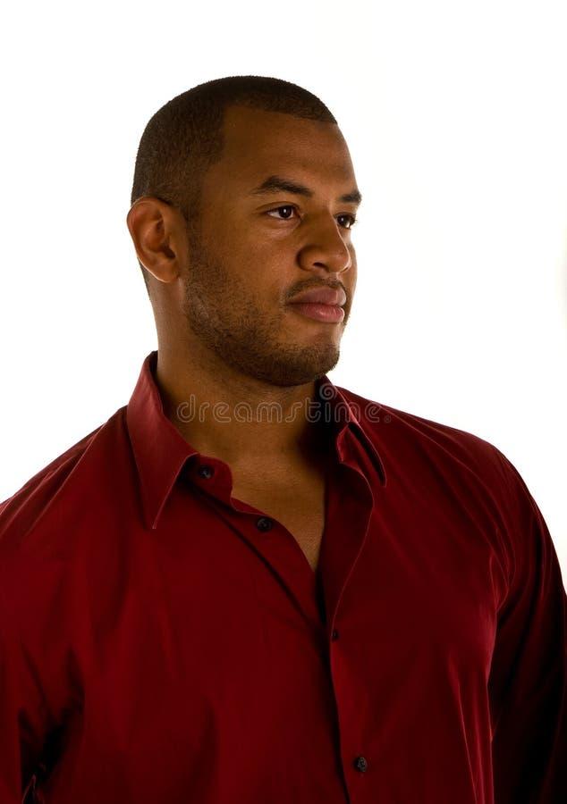 Homem negro na camisa vermelha que olha pensativa imagens de stock royalty free