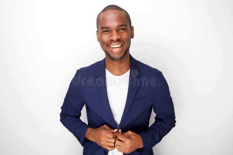 Homem negro novo à moda no revestimento do blazer contra o fundo branco foto de stock