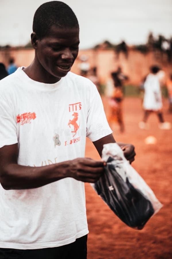 Homem negro novo que veste um t-shirt branco fotografia de stock
