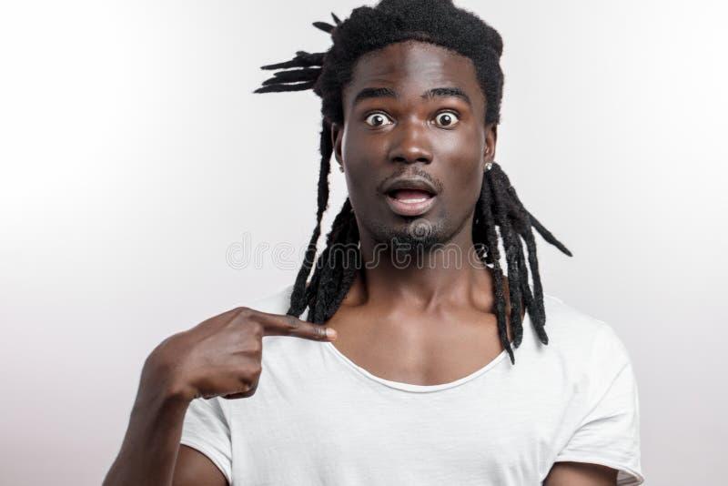 Homem negro que aponta nsi mesmo, pedindo a quem me imagem de stock royalty free