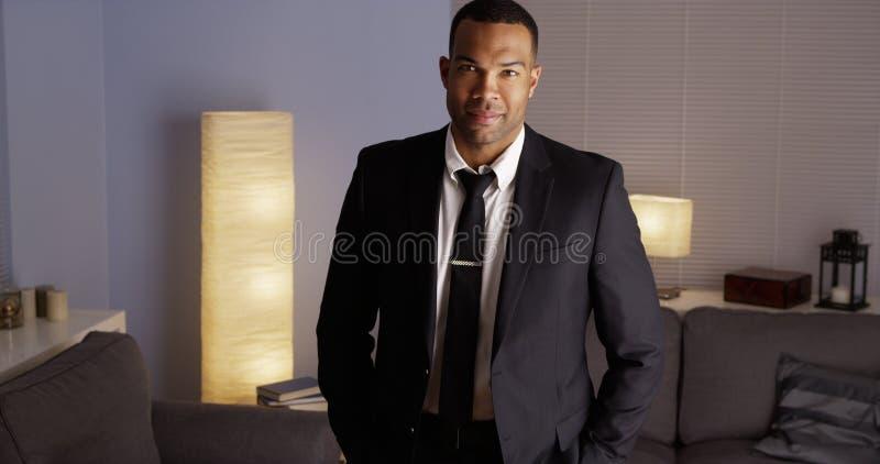 Homem negro que está no terno fotografia de stock