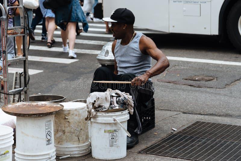 Homem negro que joga cilindros em New York fotos de stock royalty free