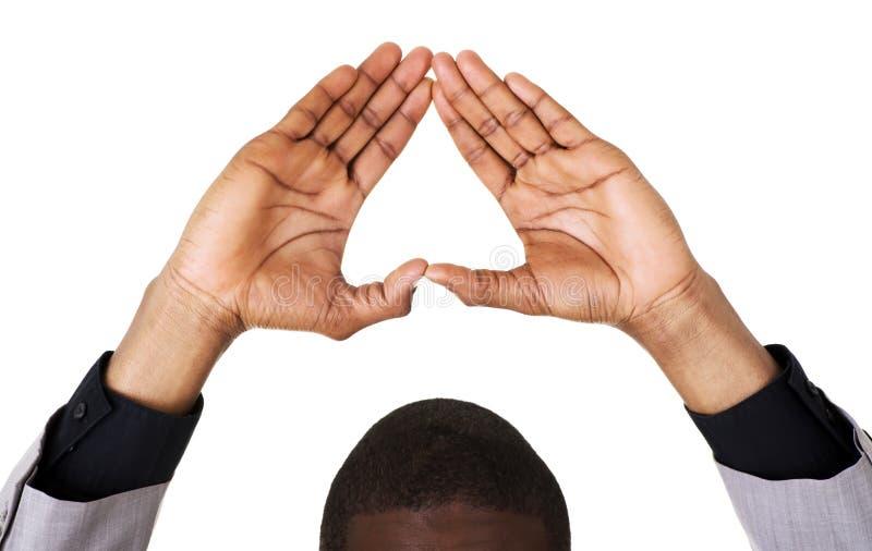 Homem negro que mostra o sinal do coração foto de stock royalty free