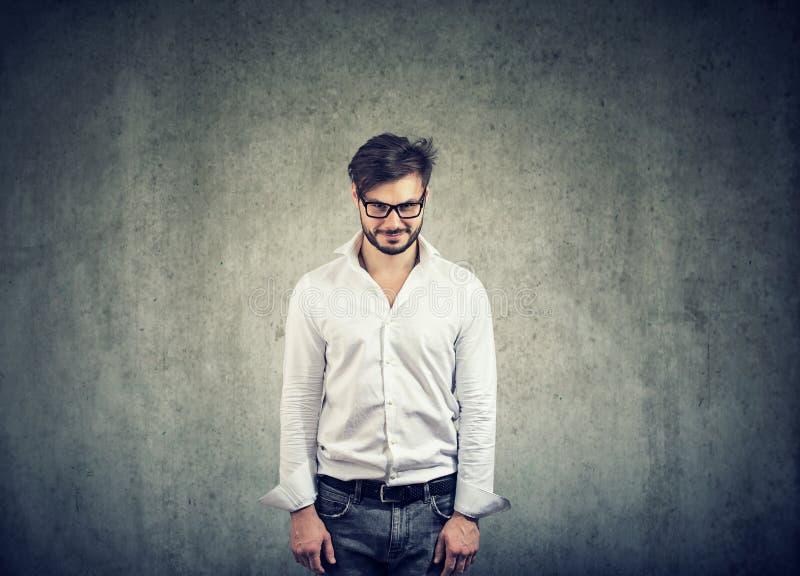 Homem nerdy tímido nos vidros foto de stock royalty free