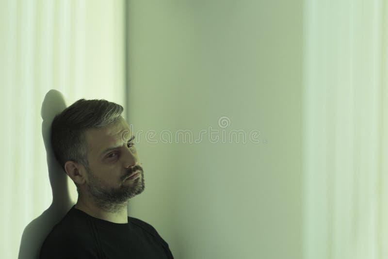 Homem nervoso na sala de hospital fotografia de stock