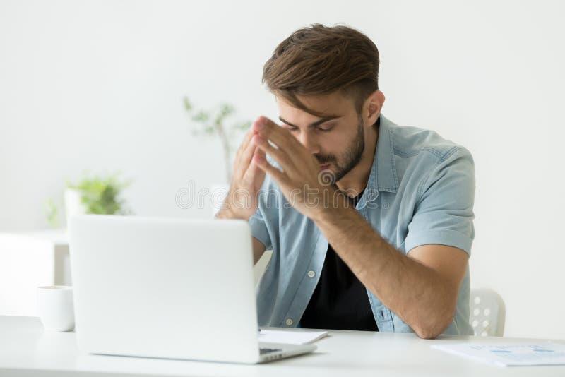 Homem nervoso que pensa sobre o problema que tenta focalizar no trabalho fotos de stock