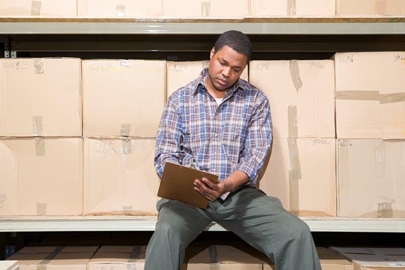 Homem no armazém imagem de stock