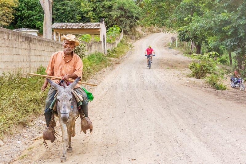 Homem no asno na vila pequena nas Honduras imagens de stock royalty free