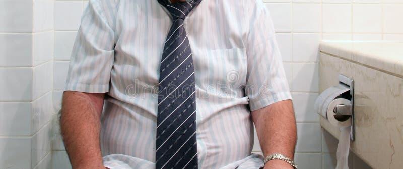 Homem no assento de toalete imagens de stock