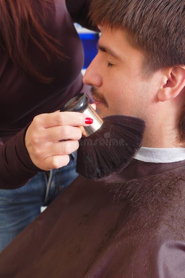 Homem no bar do hairdressing foto de stock