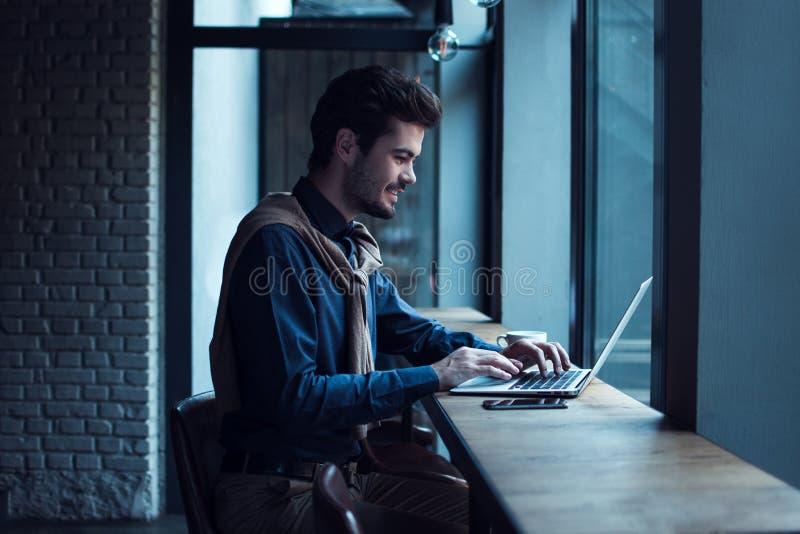 Homem no café imagens de stock royalty free