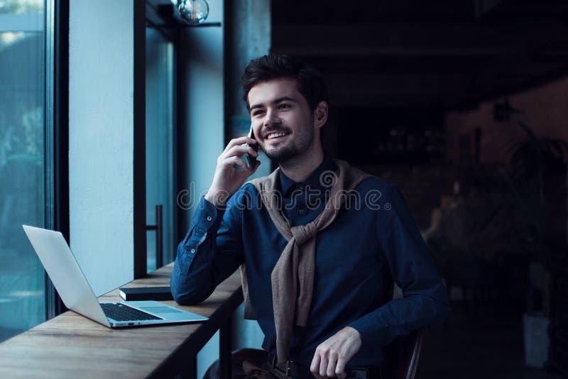 Homem no café fotografia de stock