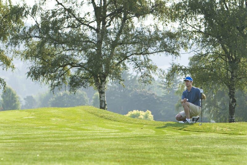 Homem no campo de golfe que joga o golfe - horizontal fotos de stock