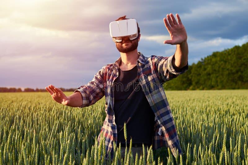 Homem no campo nos vidros 3D foto de stock