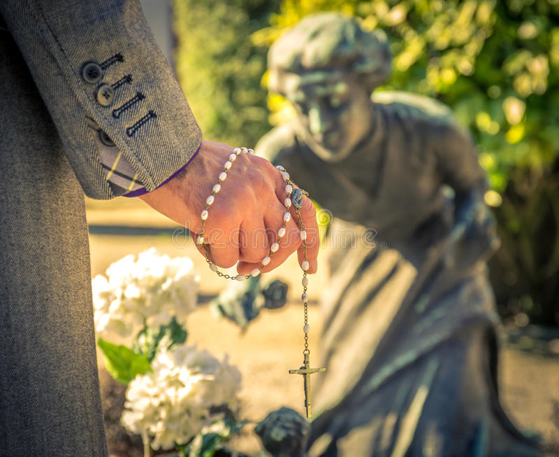 Homem no cemitério foto de stock