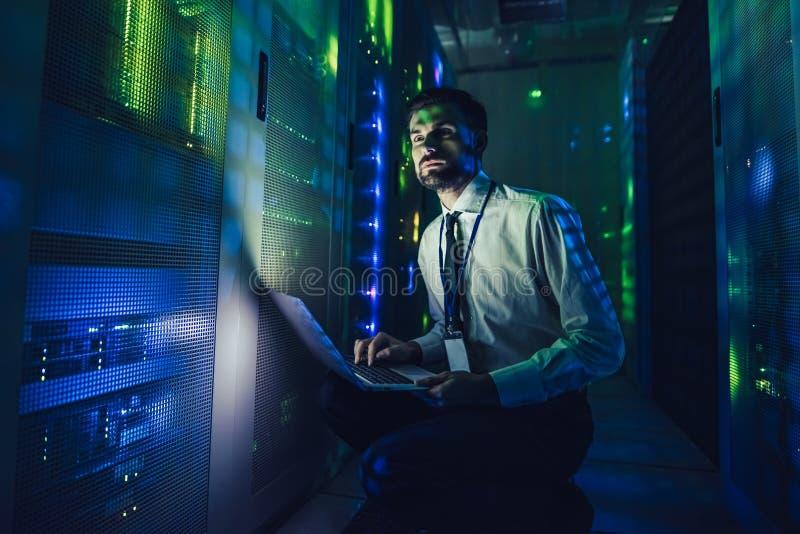 Homem no centro de dados fotografia de stock