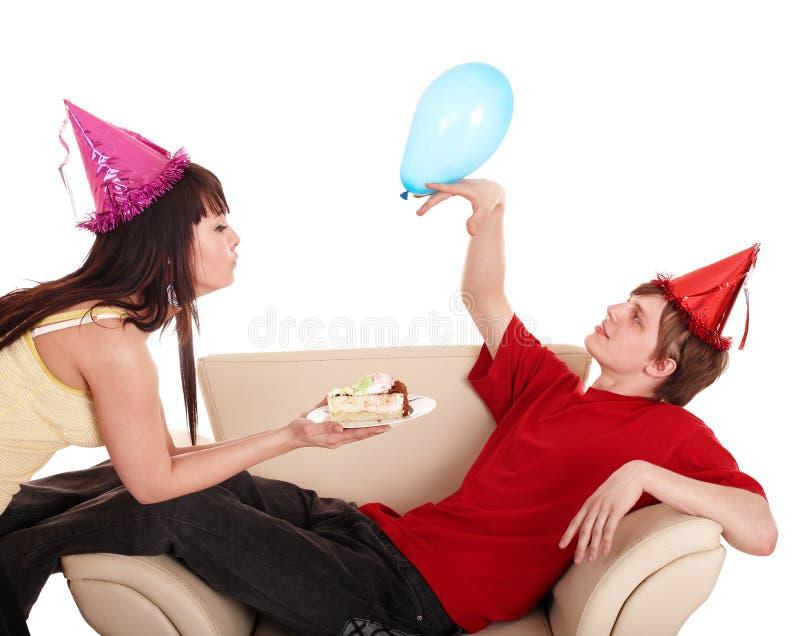 Homem no chapéu e na menina do partido que comem o bolo. imagens de stock