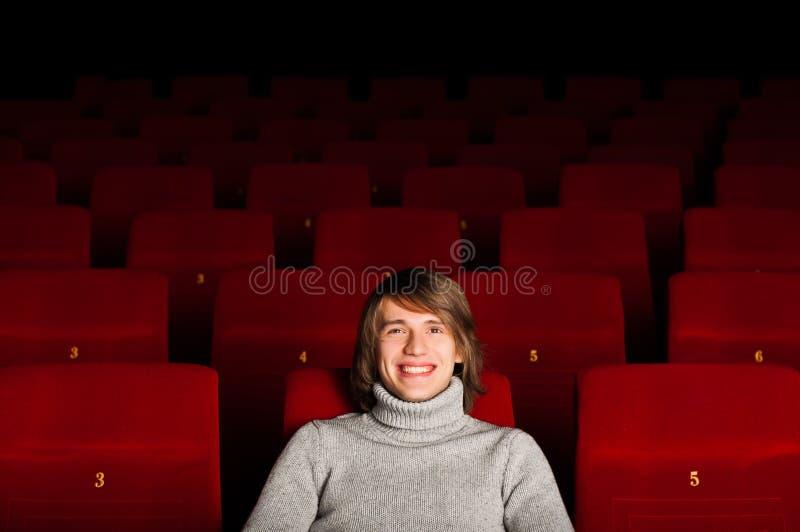 Homem no cinema fotografia de stock