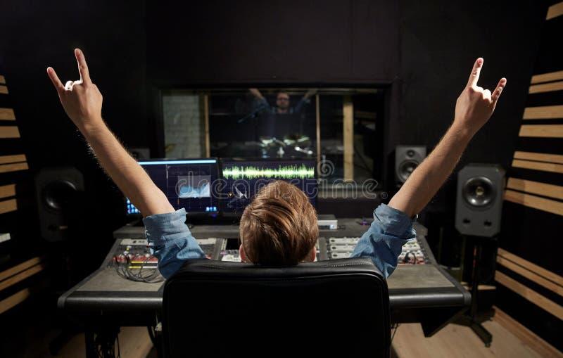 Homem no console de mistura no estúdio de gravação da música imagem de stock royalty free