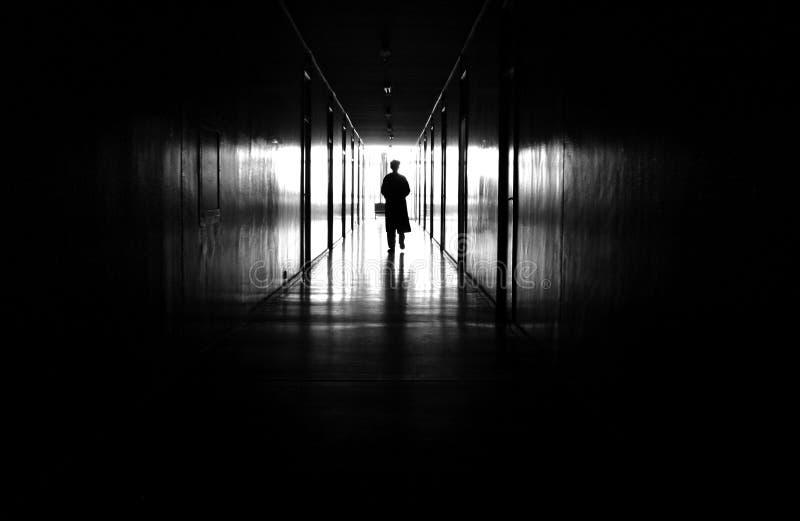 Homem no corredor imagens de stock