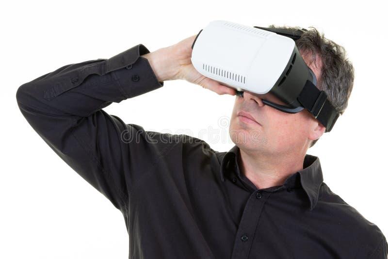 Homem no dispositivo futuro dos vidros dos auriculares VR da realidade virtual isolado no fundo branco imagens de stock royalty free