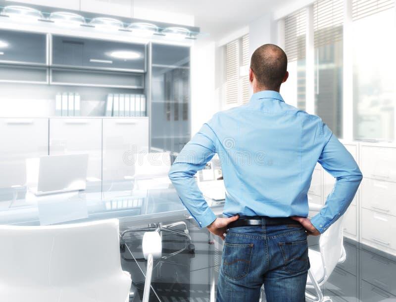 Homem no escritório imagens de stock