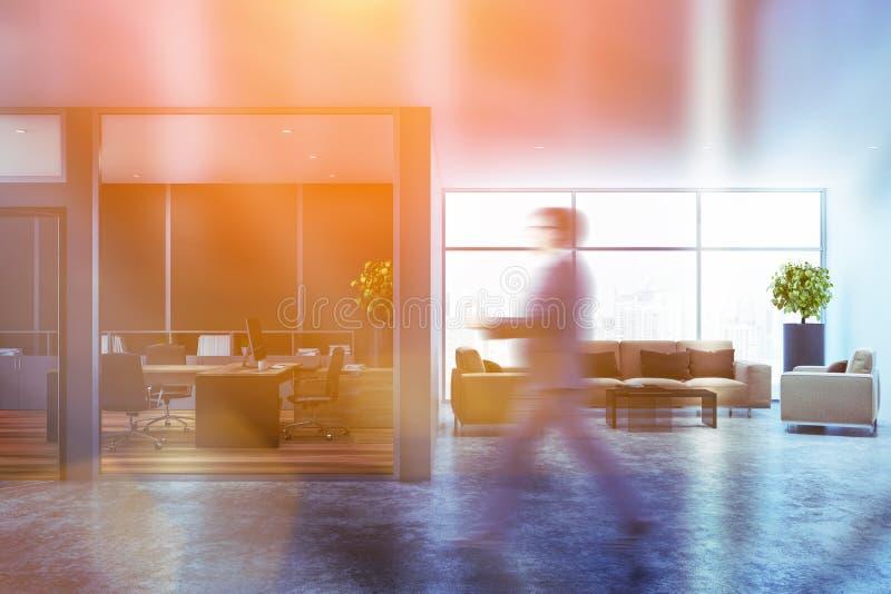 Homem no escritório de gerente cinzento com sala de espera fotografia de stock royalty free