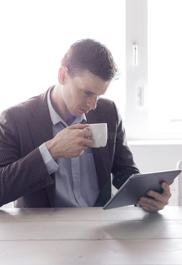 Homem no escritório usando o PC da tabuleta fotografia de stock royalty free