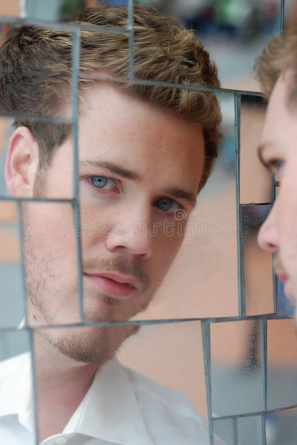 Homem no espelho fotos de stock royalty free