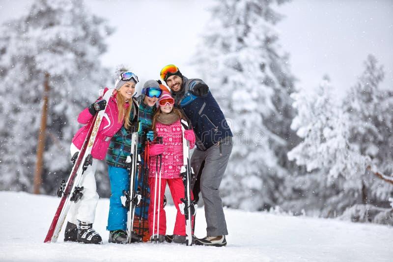 Homem no esqui que mostra algo com dedo fotos de stock