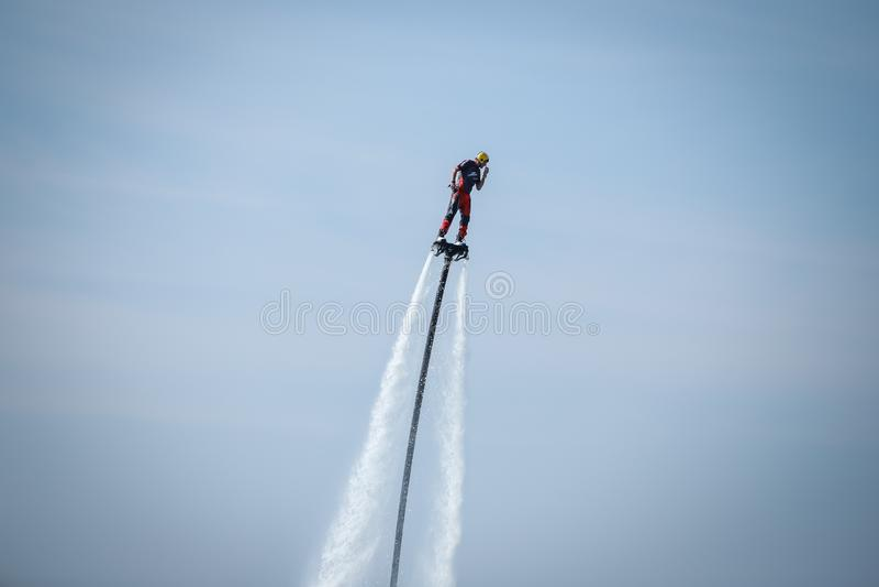 Homem no flyboard fotos de stock royalty free