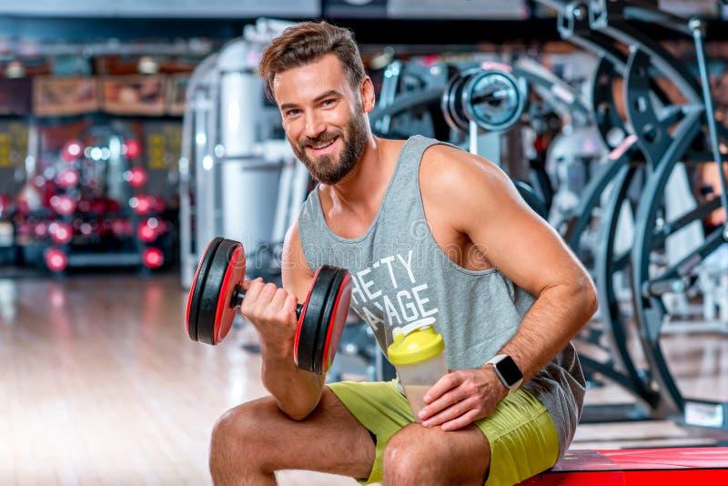 Homem no gym imagens de stock