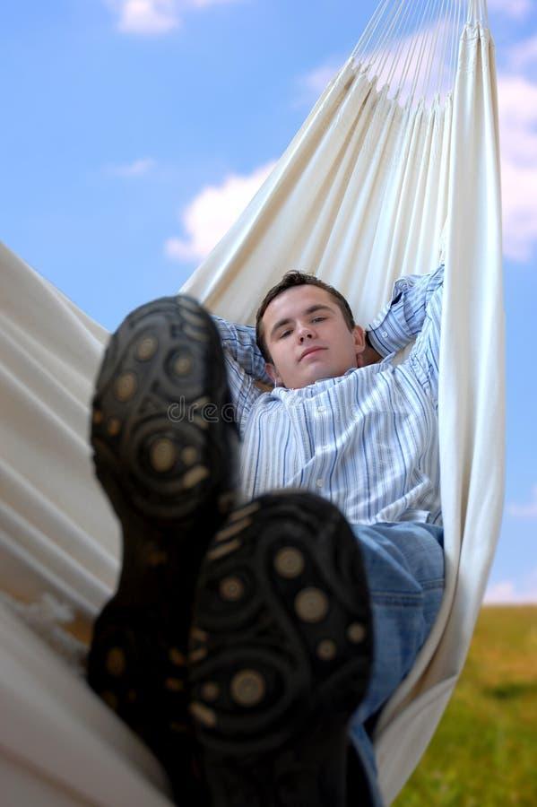 Homem no hammock imagem de stock