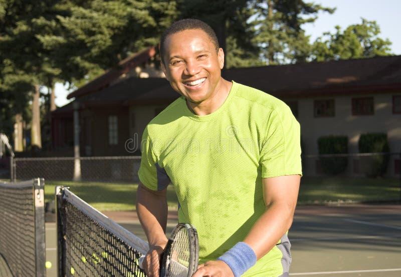 Homem no jogo da corte de tênis Tênis-Horizontal fotos de stock