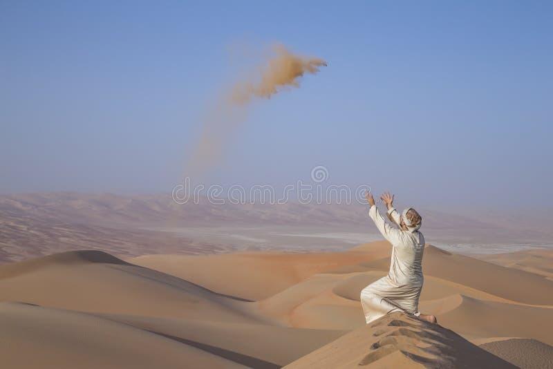 Homem no kandura em um deserto, areia de jogo imagem de stock royalty free