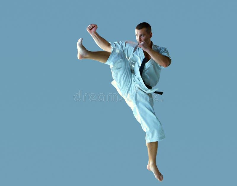 Homem no karaté branco do treinamento do quimono fotografia de stock