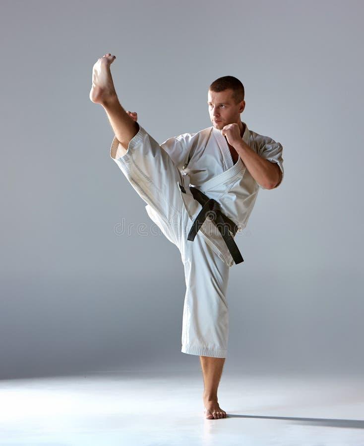 Homem no karaté branco do treinamento do quimono imagens de stock